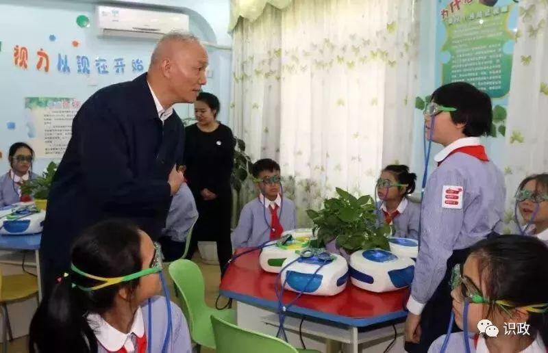 北京市委书记蔡奇,市长陈吉宁来朝小调研、参访加加明《爱眼工作室》